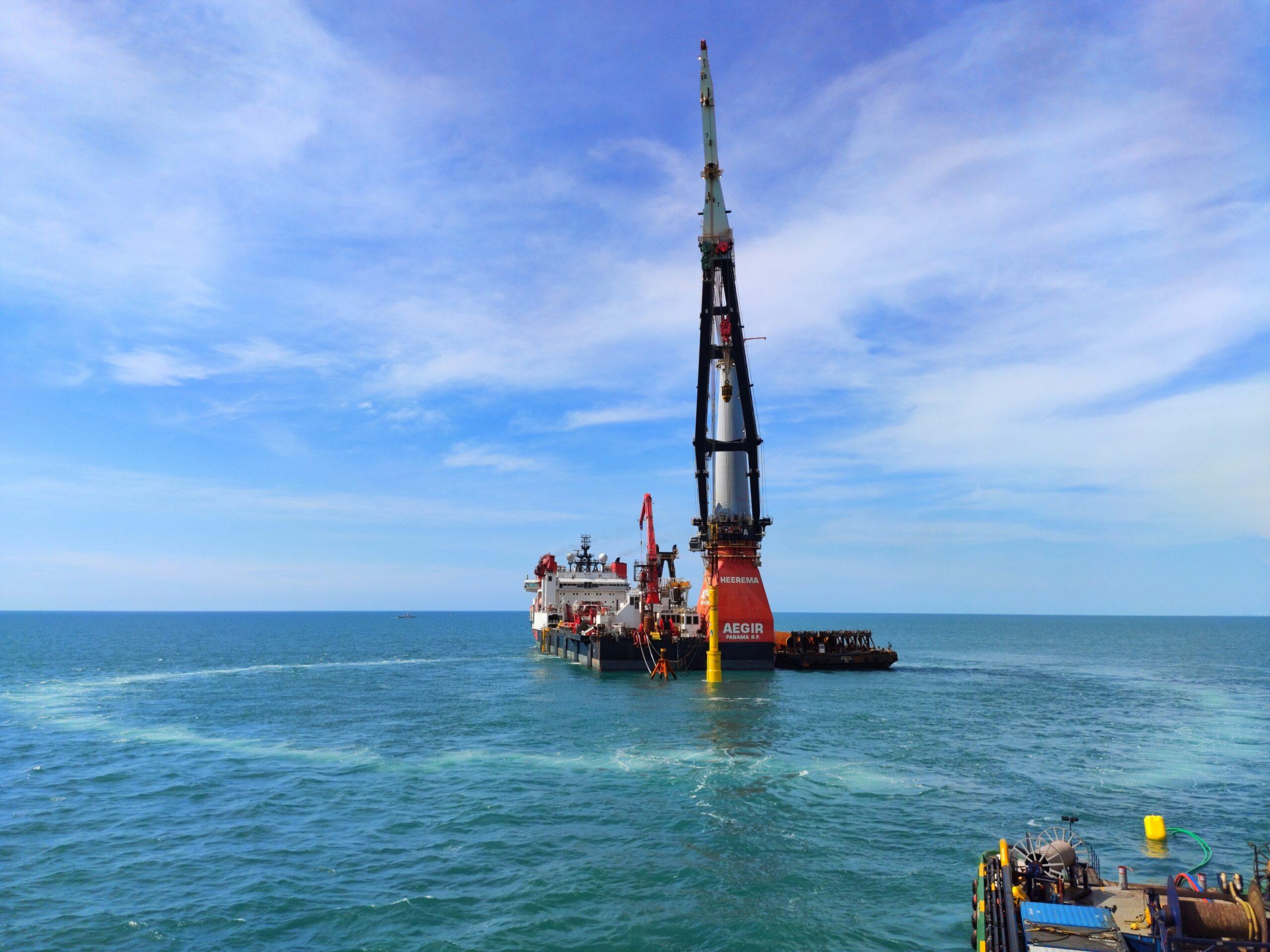 Completan la instalación de la primera turbina de un parque eólico off-shore