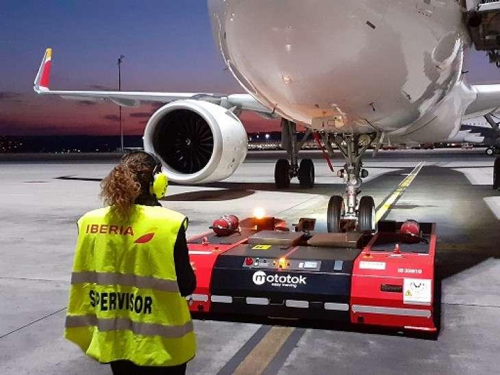 Mover aviones con tractores eléctricos