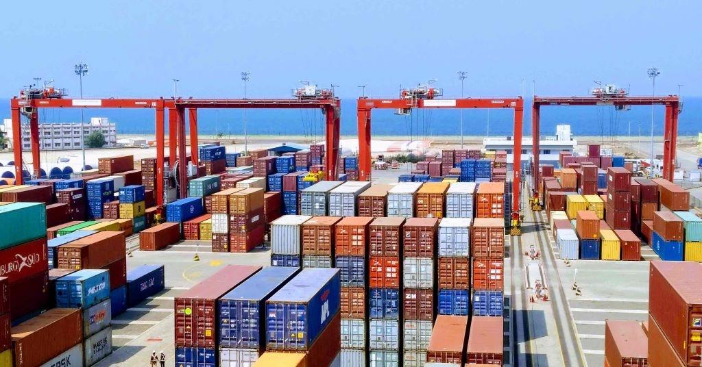 La terminal Montecon del puerto de Montevideo incorpora dos grúas extra grandes