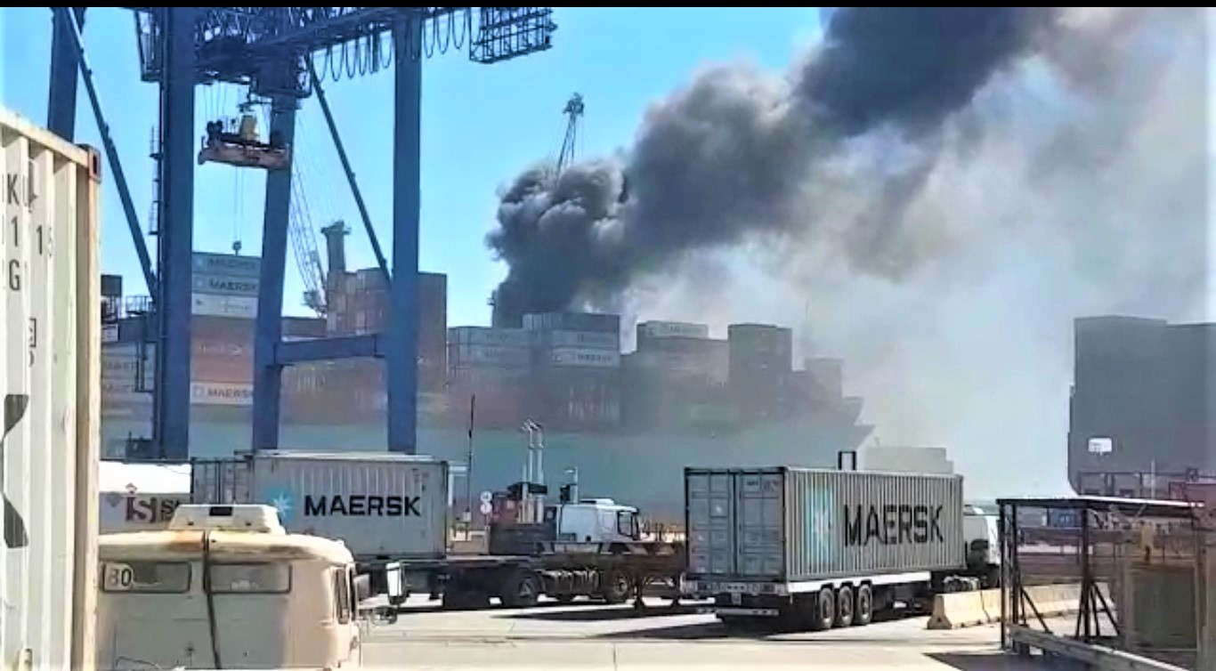 Sofocan un incendio en una de las grúas de la terminal 4