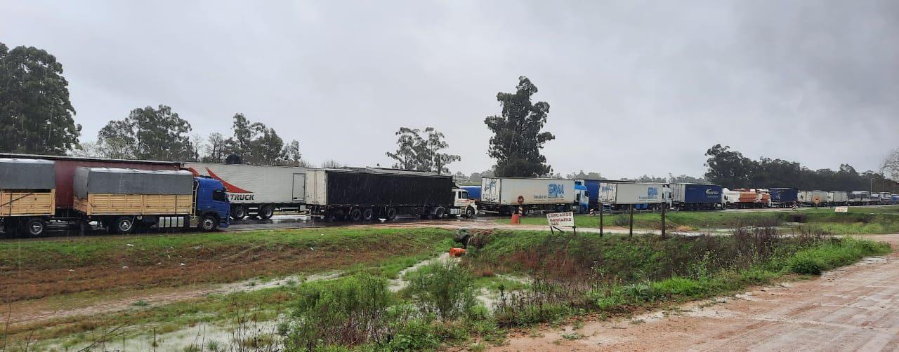 Transportistas mantienen un corte en Entre Ríos y la cola de camiones se extiende por 40 kilómetros